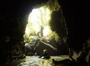 地下黑水迷宫探险(黑水探险)Blackwater Rafting