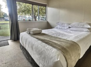 Perfect option for a couple exploring the Waikato or a quick stop. Made up Queen Bed including towels with a short walk to amenities